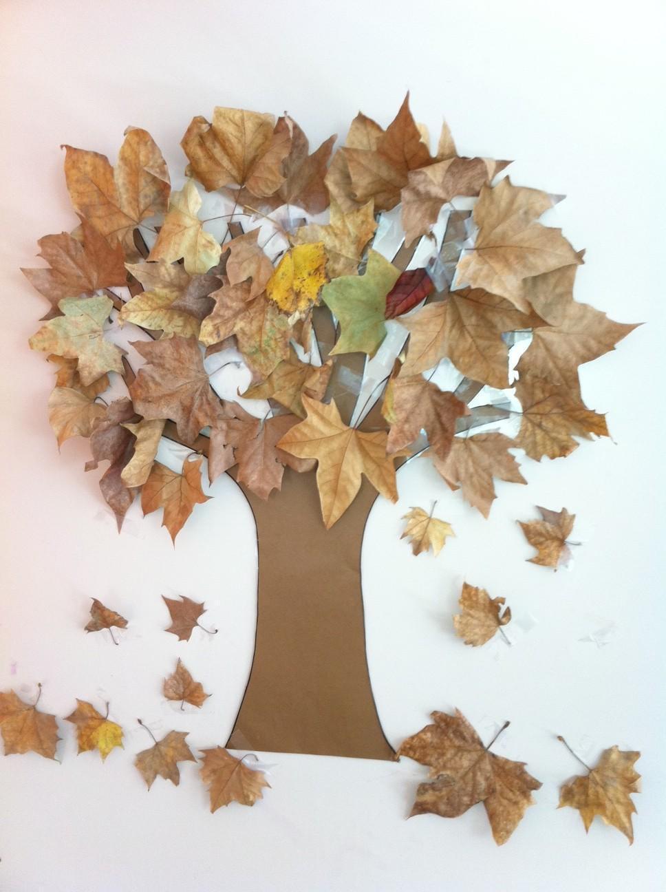 Un arbol de otoño con hojas secas, manualidades y actividades para otoño con niños