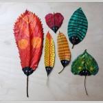 Hojas del arbol decoradas por niños, pintadas colores