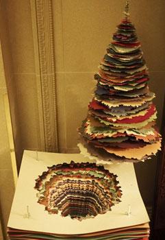 arbol navidad creado con trozos de cartón de colores