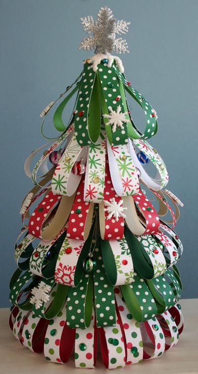 Arbol de navidad con tiras de papel para hacer con niños